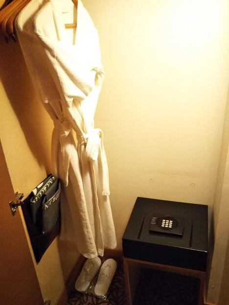 セドナホテル金庫とバスローブ