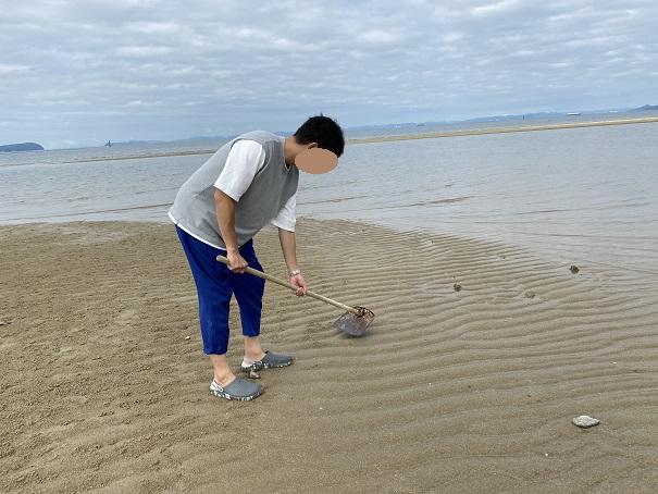 沙美海水浴場鋤簾で砂を削る