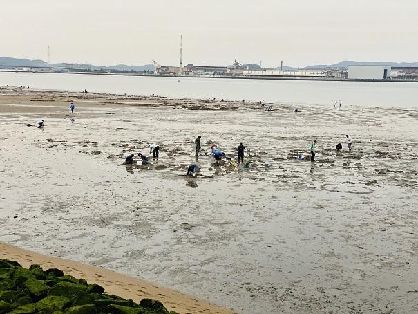 高梁川河口と潮干狩りする人達