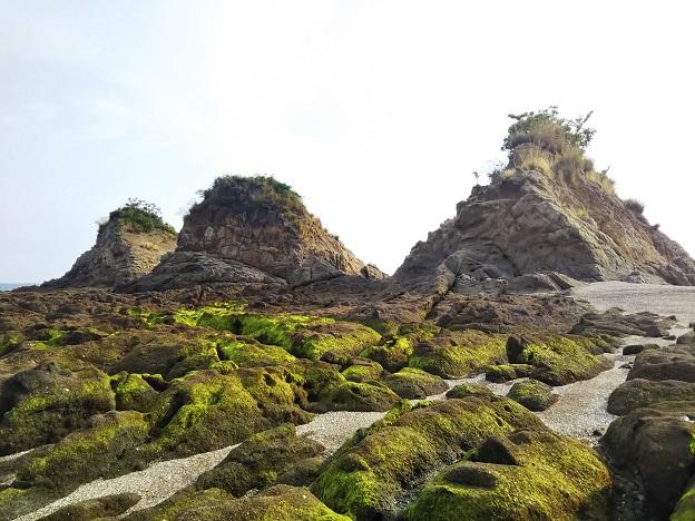 粗粒花こう岩で出来た三郎島