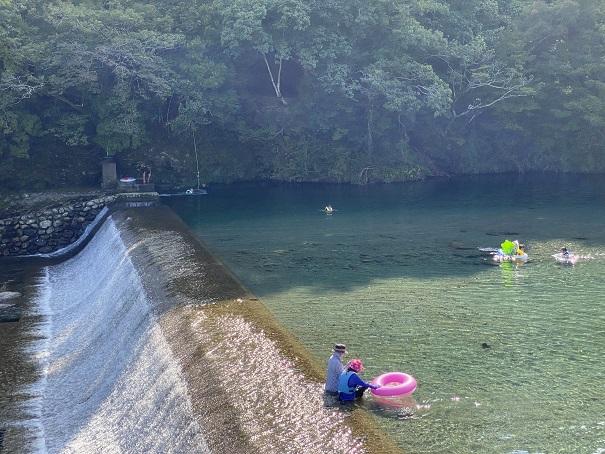 汗見川ダムプールと滝