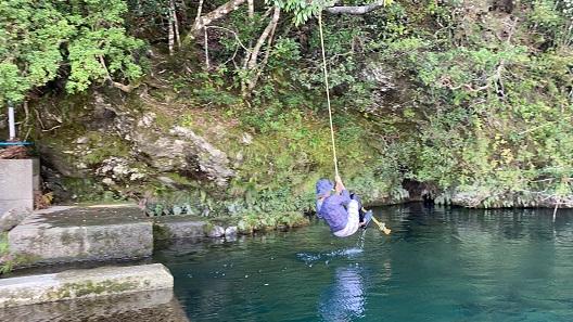 汗見川ターザンロープで水に飛び込む