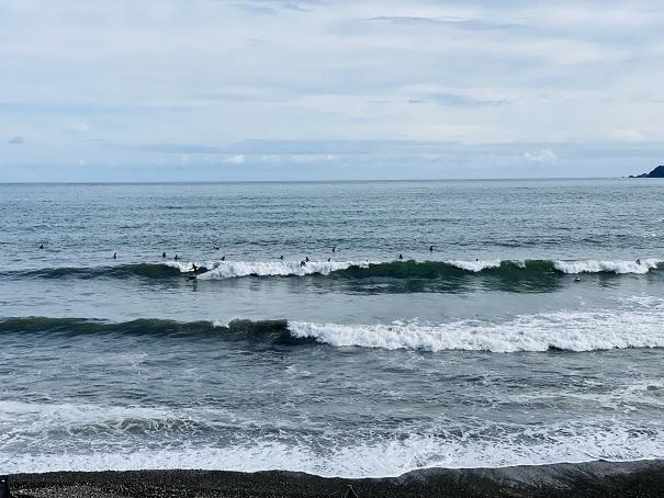 内妻海岸サーファー