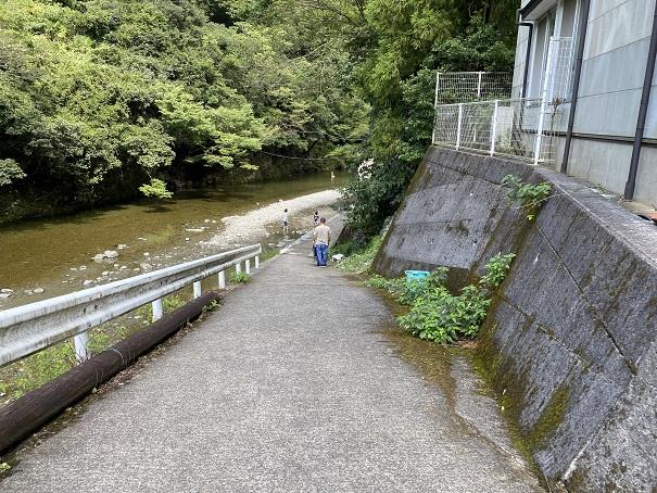 鞍瀬川へ降りる道