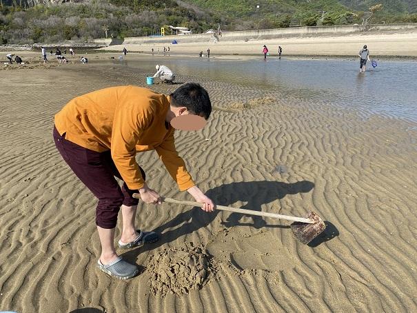 鋤簾で砂を削る