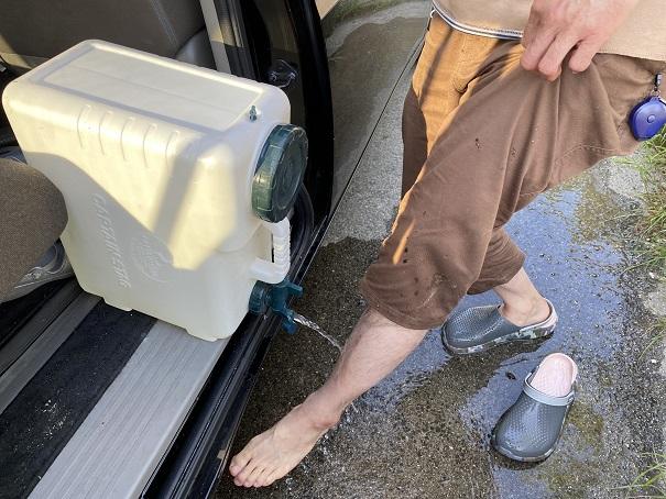 手足を水で洗う