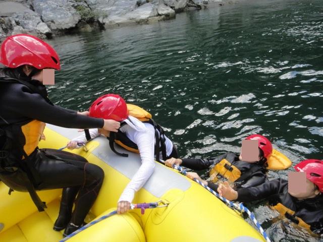 女性をラフトボートへ引き上げる