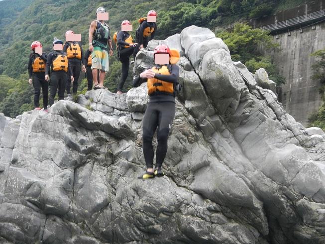 岩の上から吉野川に飛び込む