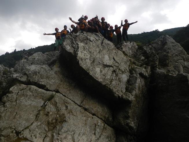 かなり高い岩から飛び込み