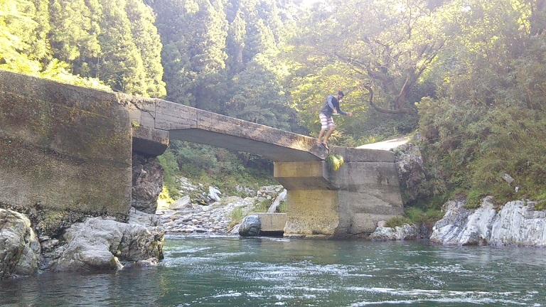 貞光川の端の上から飛び込む