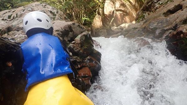 滝を横切る
