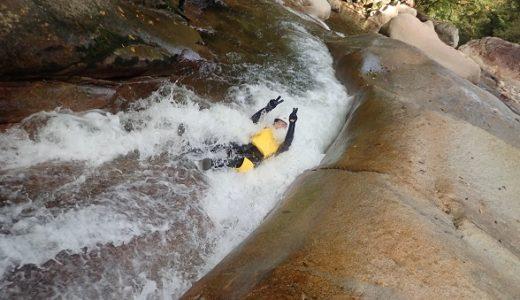 滑床渓谷でグッドリバーのキャニオニング 四万十川支流の目黒川 愛媛県