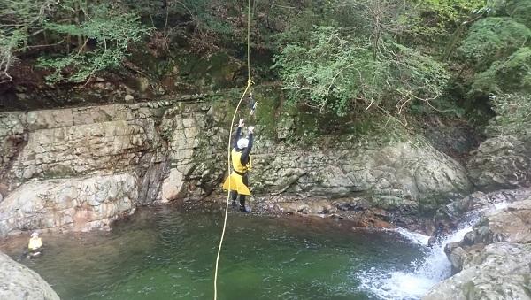 三筋の滝でターザンロープからの飛び込み
