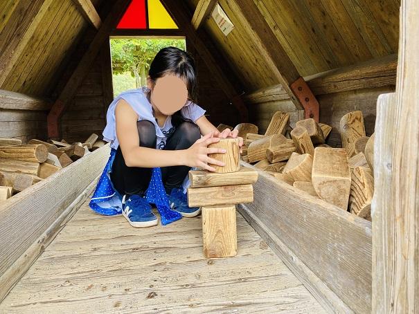 つみきのいえで積み木遊び