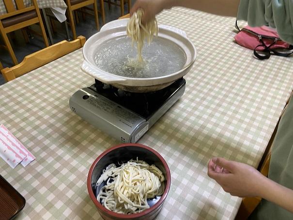 うどんを土鍋に投入