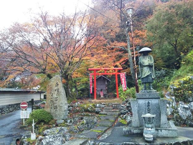 白峯寺入口付近の石像