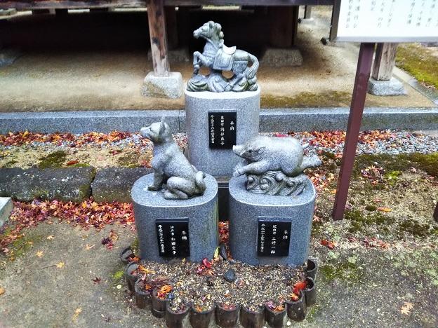 猪と馬の石像