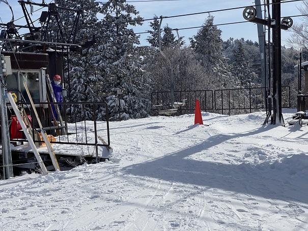 山頂の第一リフトの降り口石鎚スキー場