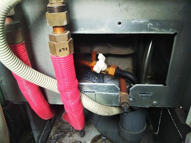 エコキュート 排水栓を開く