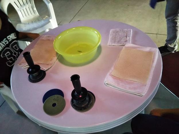 庵治石手磨き体験 準備