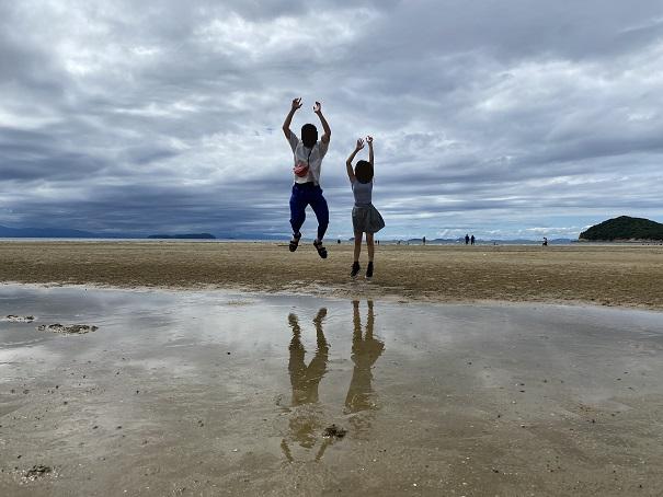 二人でジャンプ父母ヶ浜昼間