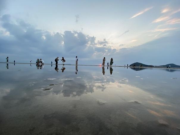 父母ヶ浜雲と空と人物の写真