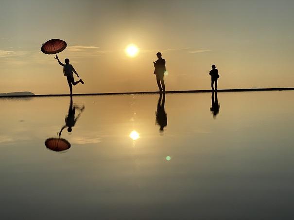 父母ヶ浜夕日と傘の写真