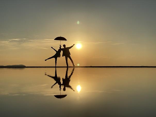 傘を持って二人でポーズ父母ヶ浜