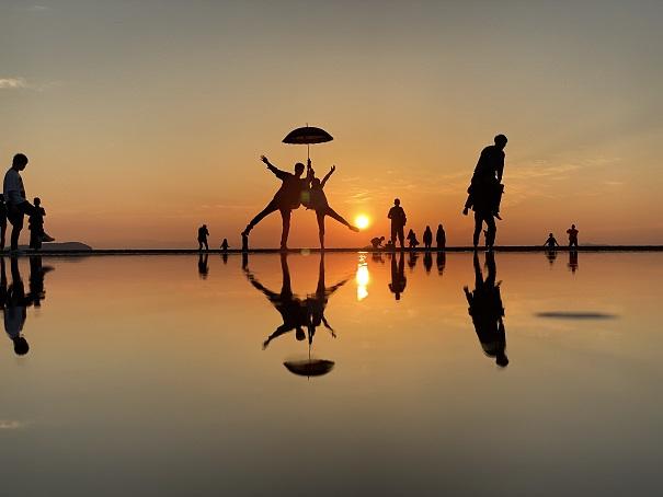 赤い夕焼けと傘父母ヶ浜写真