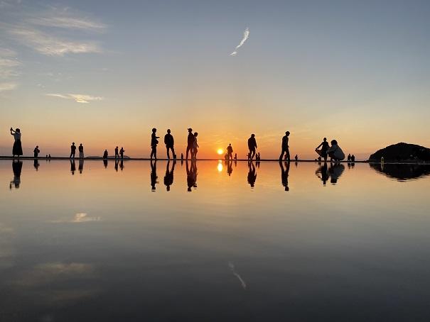 青い空と夕焼けと観光客父母ヶ浜
