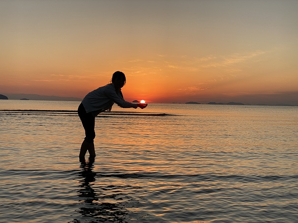 父母ヶ浜沈む夕日を持つ写真