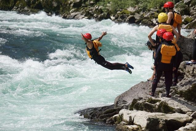 徳島県川へ飛び込むラフティング