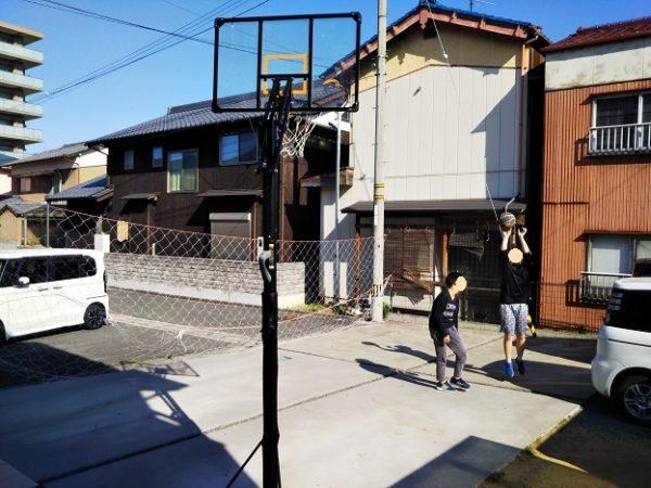 庭でバスケットボール1ON1