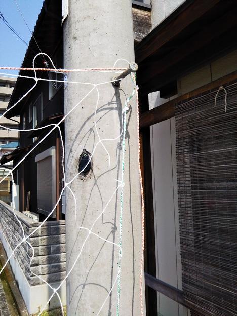 電柱にネットを引っかける