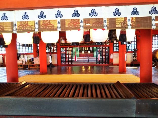 厳島神社本殿で参拝