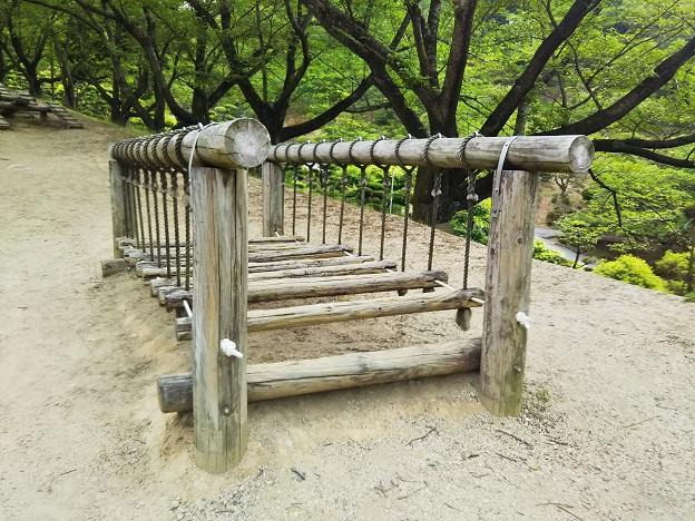 種松山公園西園地 冒険の森丸太渡り
