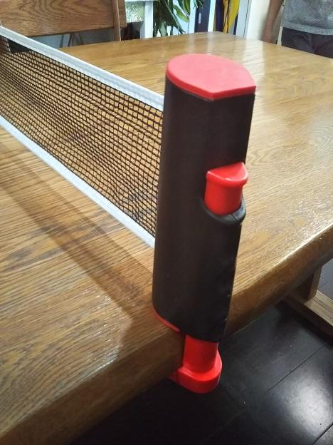 テーブルにポータブル卓球ネットを設置