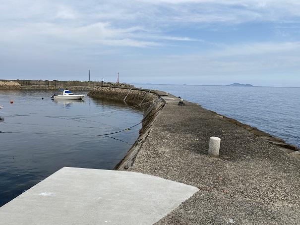箕浦漁港の白灯台側