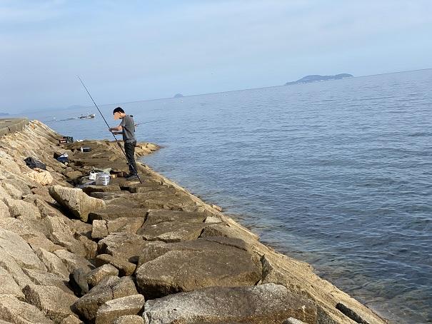 箕浦漁港石積みでキス釣り