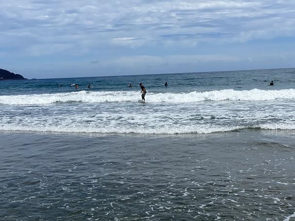 生見サーフィンビーチで波乗り
