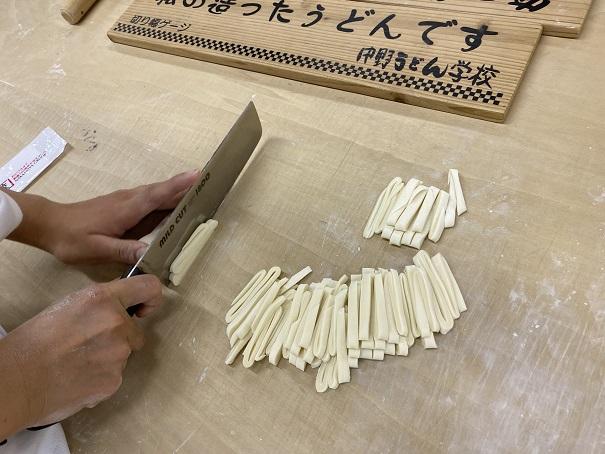 讃岐うどんを包丁で切る