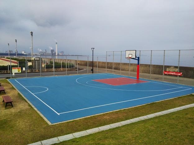浜公園こども広場の本格スリーオンスリー3ON3のバスケットコート