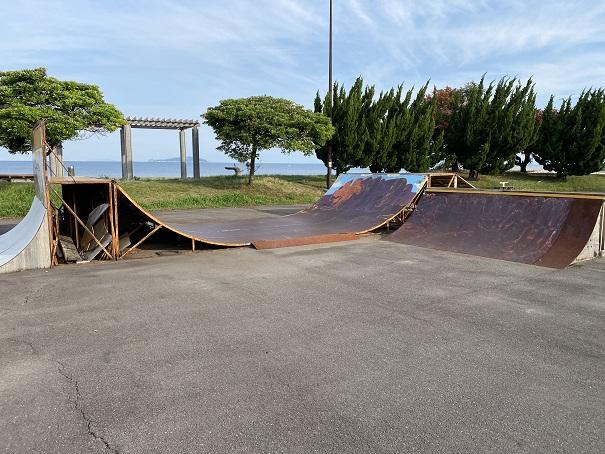 スケートパークでスケボー