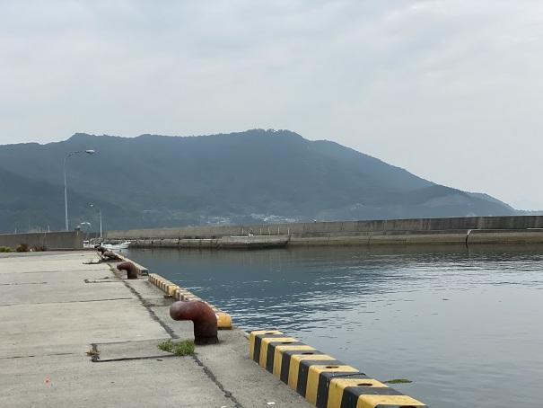津田港の岸壁
