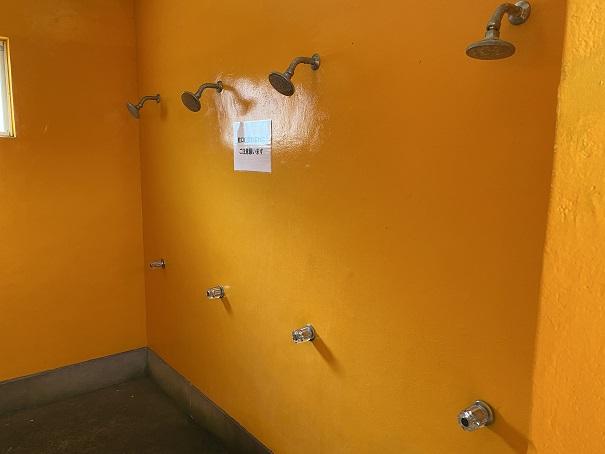 浮津海水浴場シャワー室内部