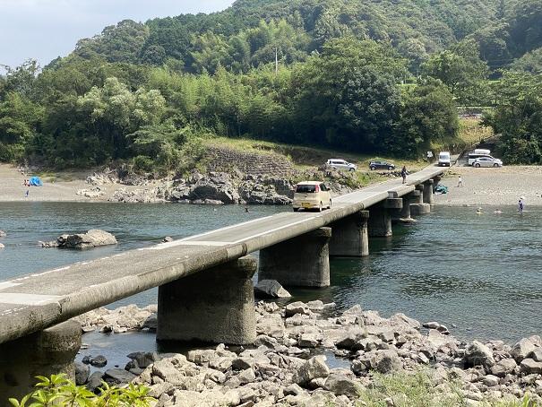 長生沈下橋を走る車