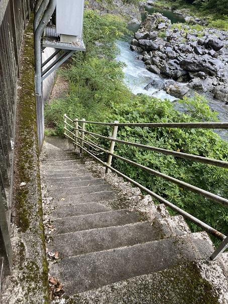 富郷キャンプ場への階段