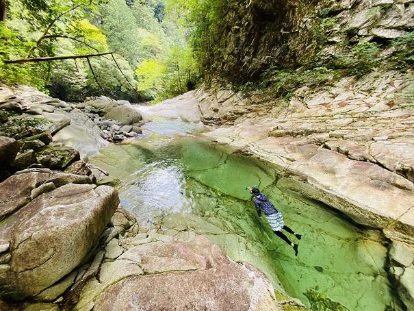 鉄砲石川は人が空中に浮いたように見える透明度