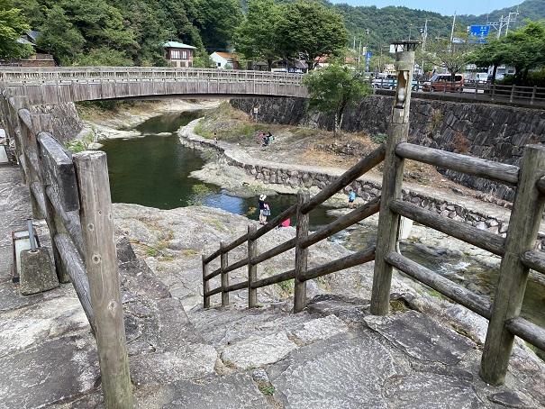 香東川へ降りる階段 行基の湯から