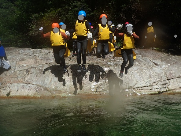面河渓キャニオニング 4人でジャンプ